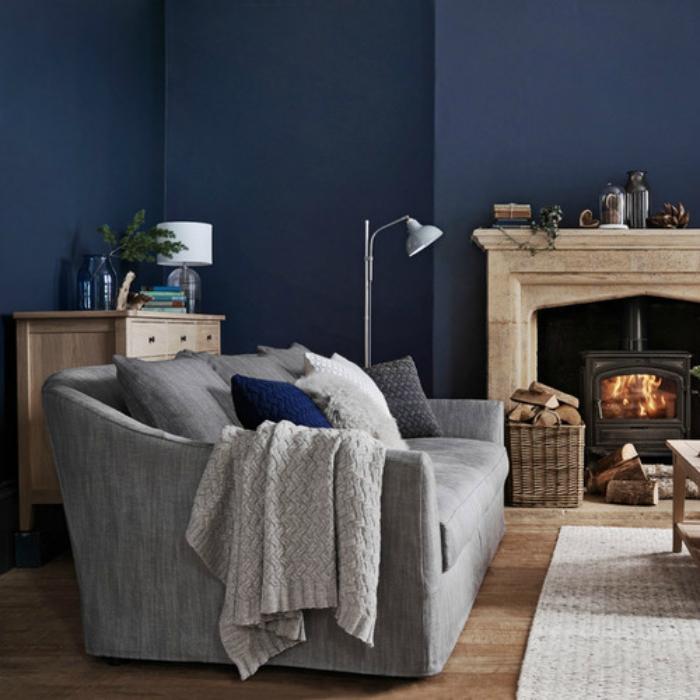 Гостиная с синими стенами.