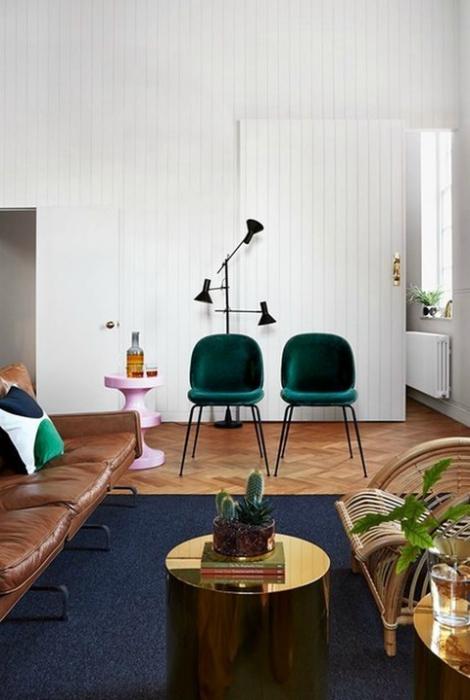 Просторная гостиная с минимальным набором мебели.