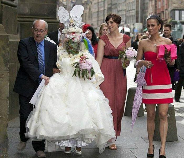 Ожидая своего принца, невеста поросла мхом.