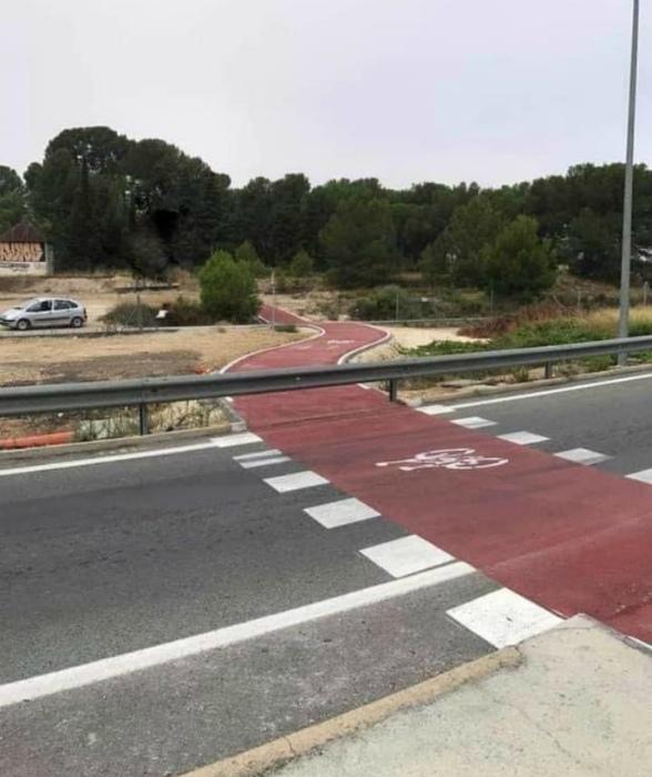Эта дорожка для велосипедистов - никак работа какого-то пьяницы. | Фото: Reddit.