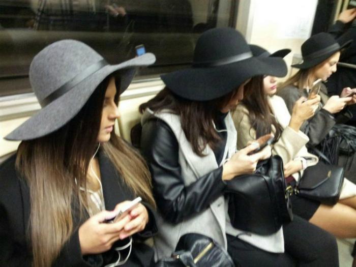 Парад одинаковых шляпок.