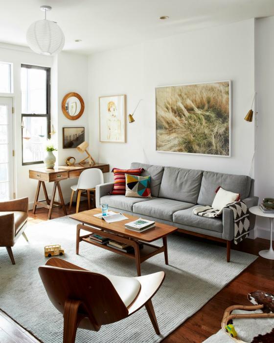 Стильный и функциональный интерьер гостиной в нейтральных тонах.