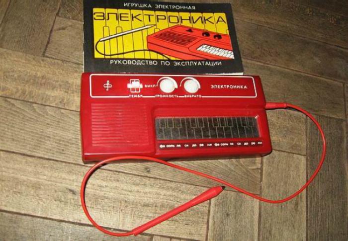 Монофонический электронный музыкальный инструмент для начинающих музыкантов.