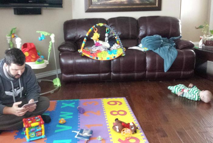 Перед тем, как оставлять отца с ребенком, надо было спрятать от него все игрушки. | Фото: Awkward Family Photos.