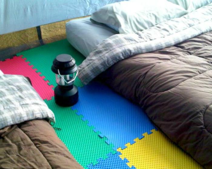 Сухой пол в палатке. | Фото: Activly.