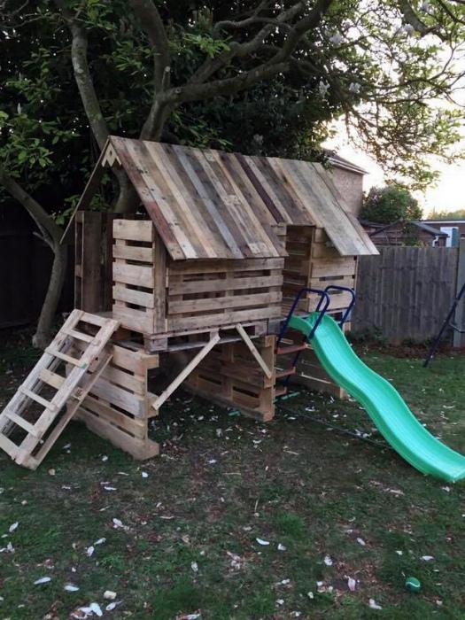 Детский домик из частей деревянных паллет.