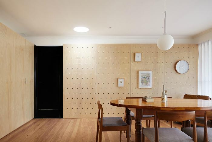 Деревянные перфорированные панели во всю стену.