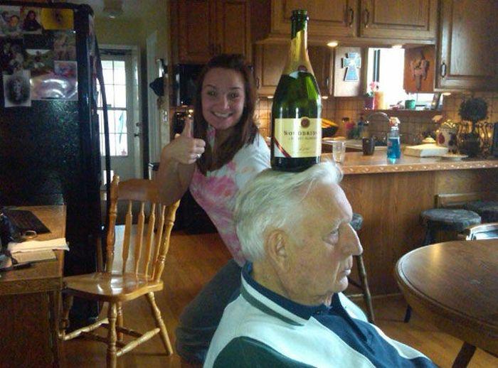 Девушка решила сделать оригинальную фотографию с любимым дедушкой и бутылкой шампанского.