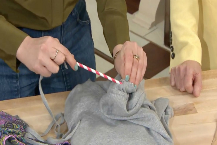 Выпавший шнурок из спортивной кофты или штанов, легко вдеть с помощью обычной коктейльной трубочки.