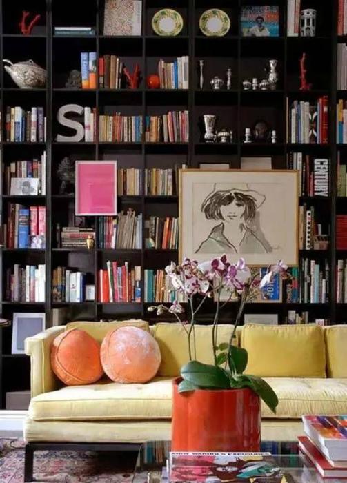 Картины на книжном шкафу.