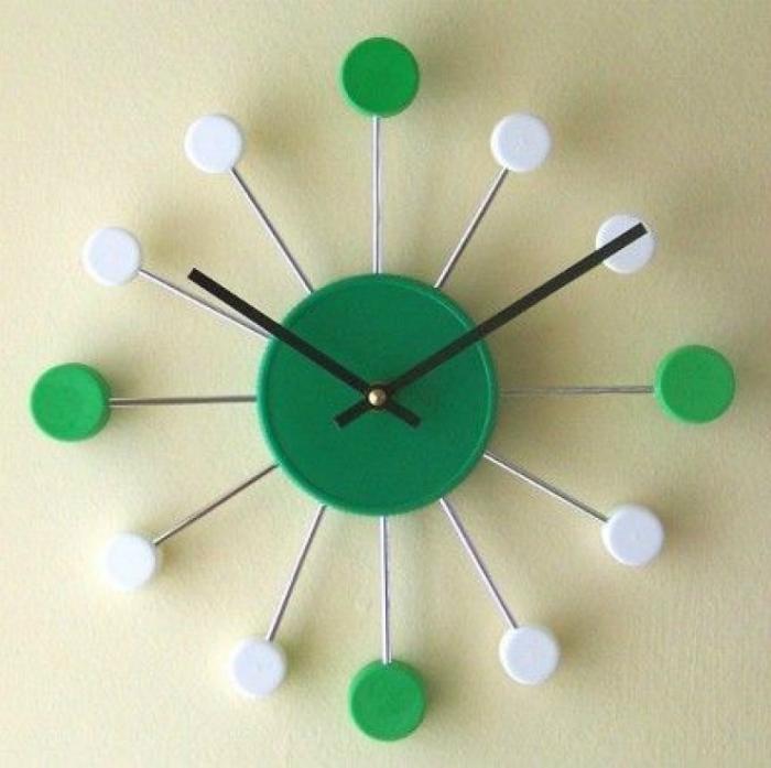 Оригинальные настенные часы из пластиковых пробок.