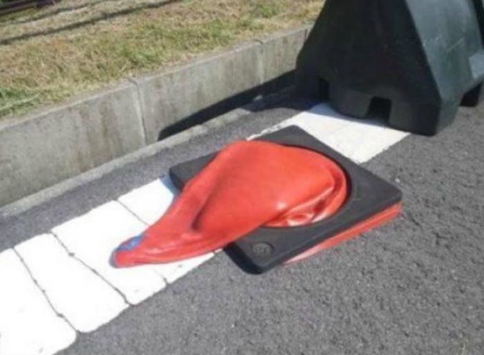 А дорожный конус-то сдулся! | Фото: Seldon.News.