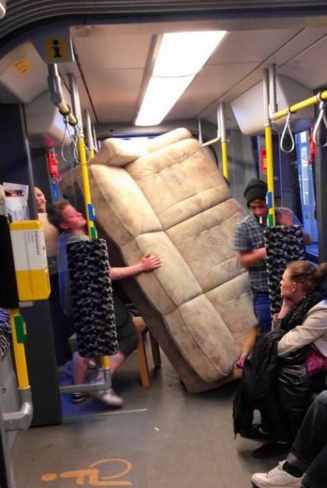 Самое сложное в путешествиях с диваном – затолкать его в общественный транспорт! | Фото: watson - Bild.