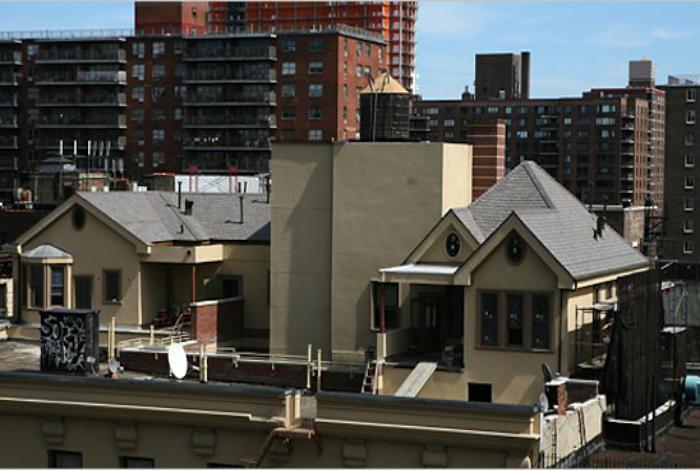 Особняки на крыше дома на Бродвее.