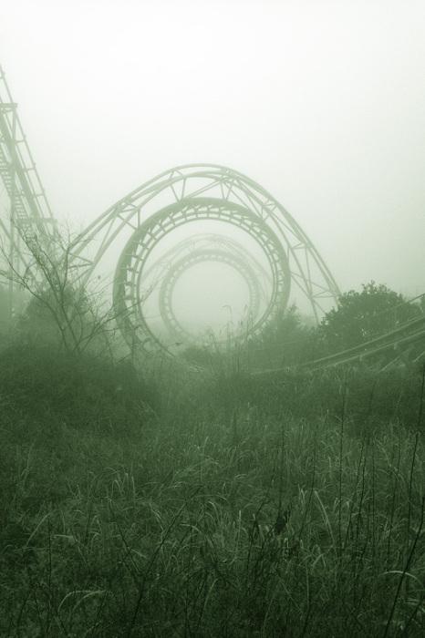 Заброшенный парк аттракционов в тумане.