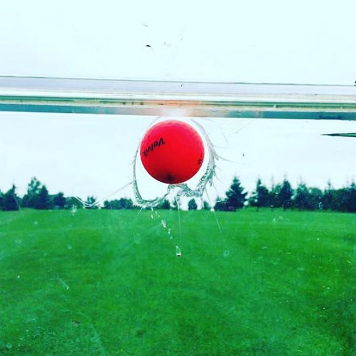 Мячик разбивает стекло.