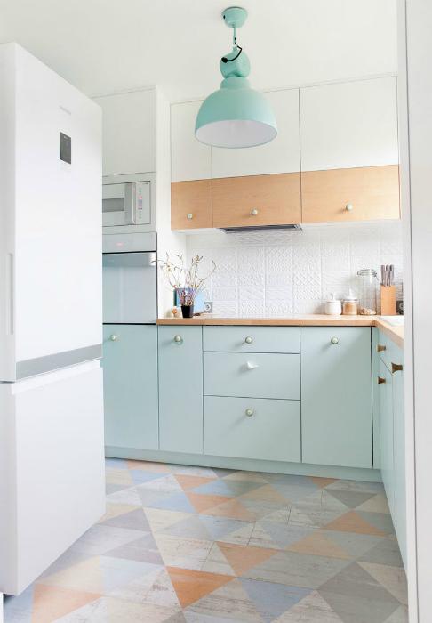 Небольшая кухня в пастельных тонах.