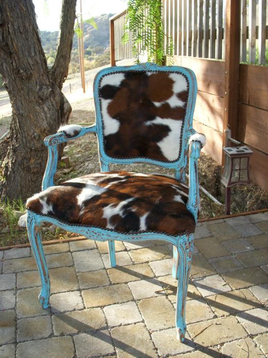 Винтажный стул с меховой обивкой.