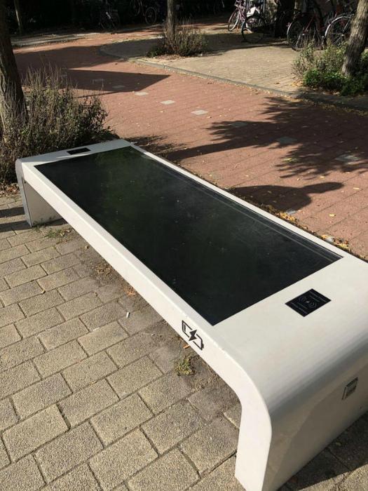 Скамейка с солнечной панелью. | Фото: Reddit.