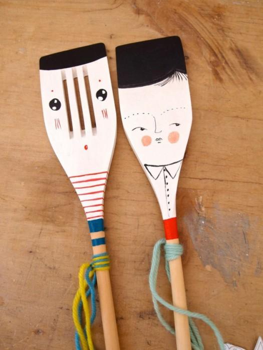 С помощью специальной краски можно нарисовать  на деревянных ложках забавные мордашки.