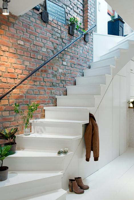 Белая лестница комбинированного типа.