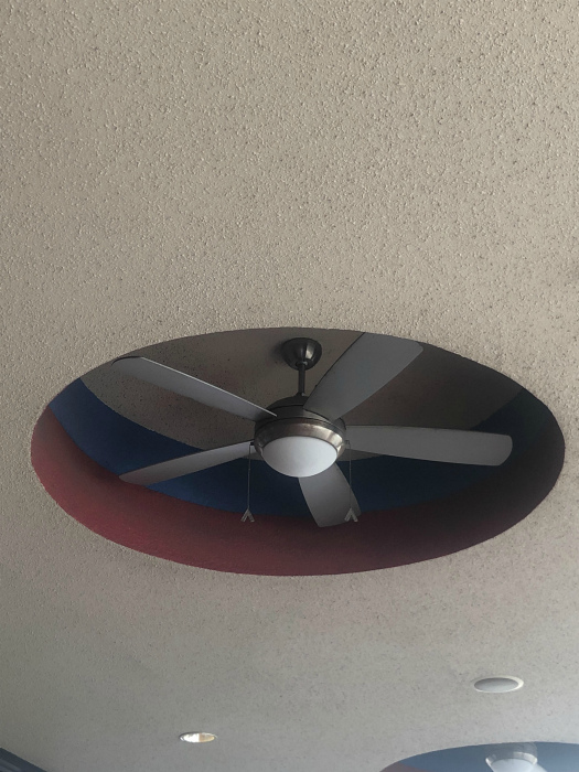 Странное размещение вентилятора.   Фото: Playboy.