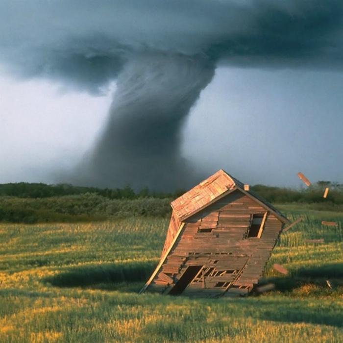 Бушующее торнадо.