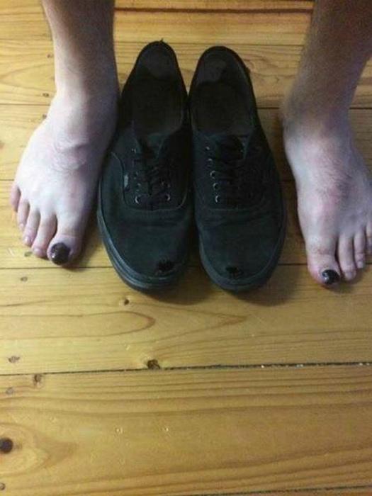 Маскировка порванных кроссовок.
