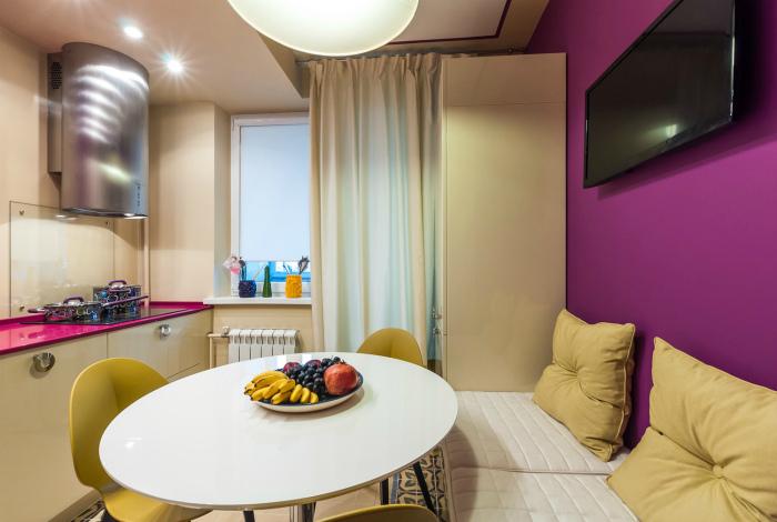 Светлая кухня с желтыми и лиловыми вкраплениями.
