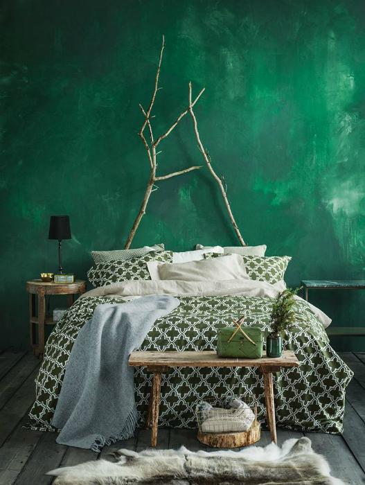 Спальня с эффектной стеной изумрудного цвета.