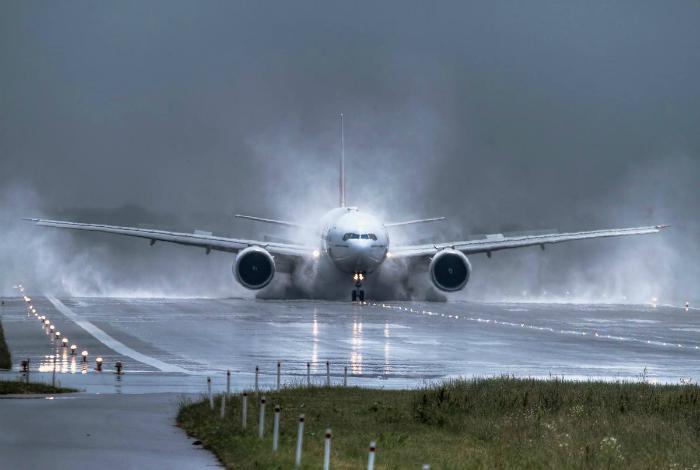 Самолет садится.