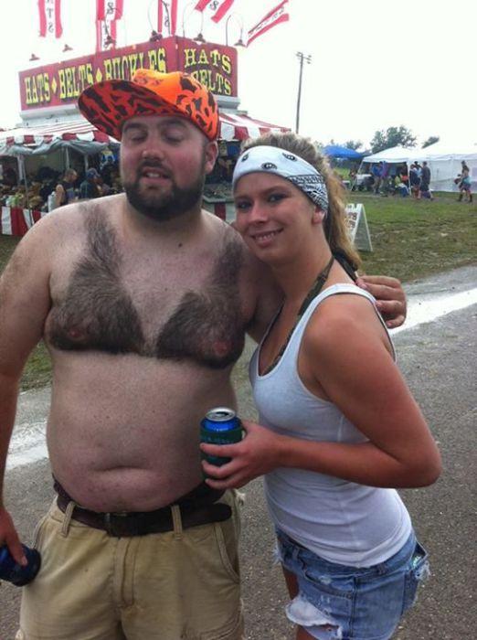 Этот мужчина долго отращивал волосы на груди, чтобы потом выбрить из них себе лиф.