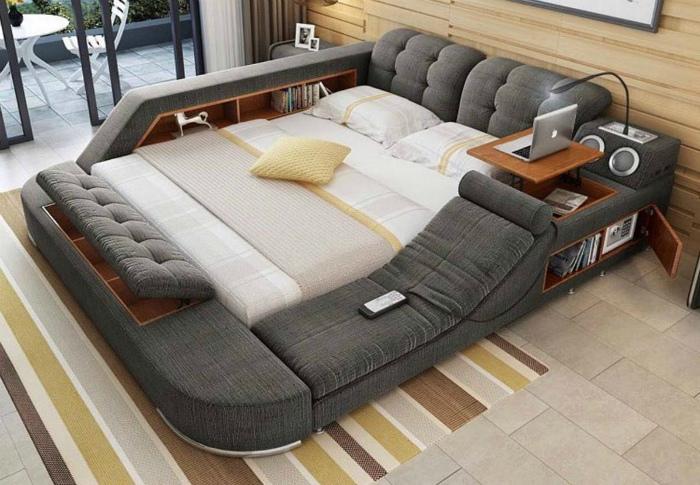 Огромная кровать с множеством функций.