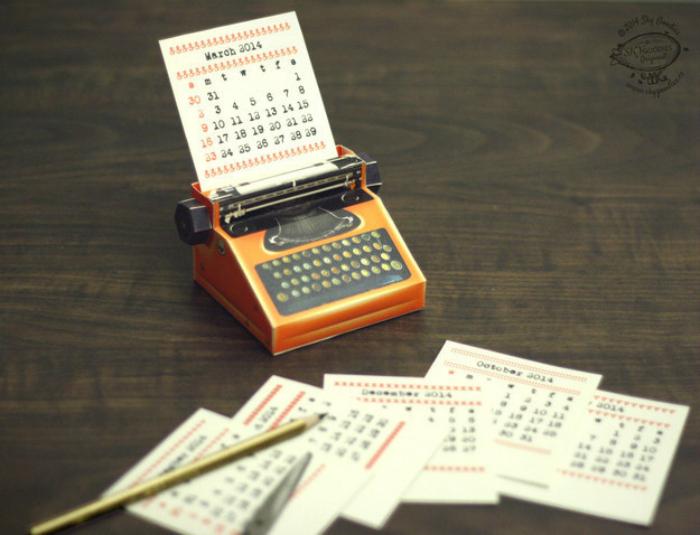 Миниатюрная печатная машинка-календарь.