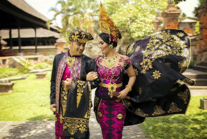 Балийские национальные костюмы жениха и невесты.