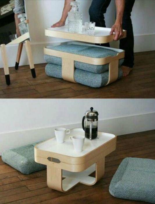 Кофейный столик и два пуфа.