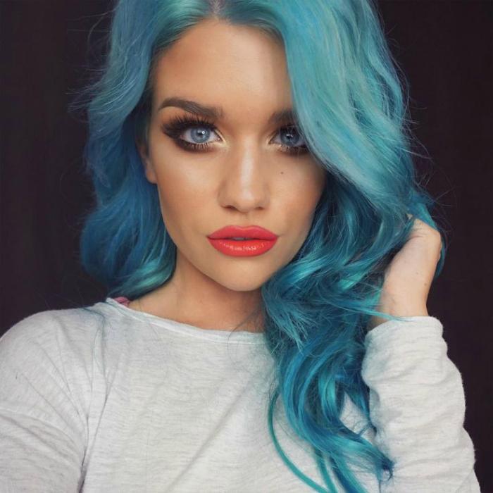 Голубые волосы.
