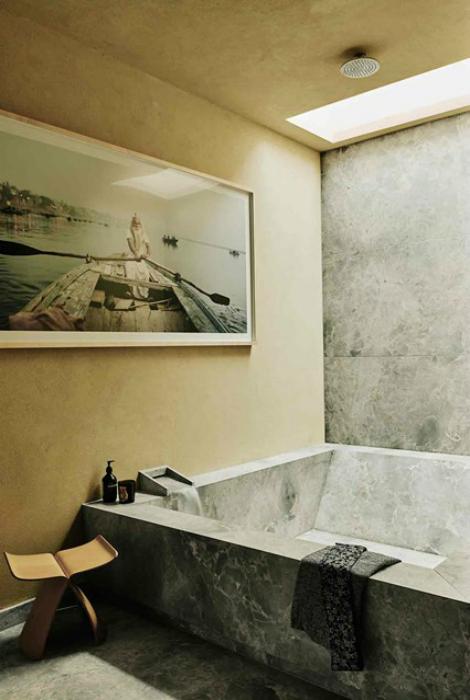 Санузел с необычной ванной.
