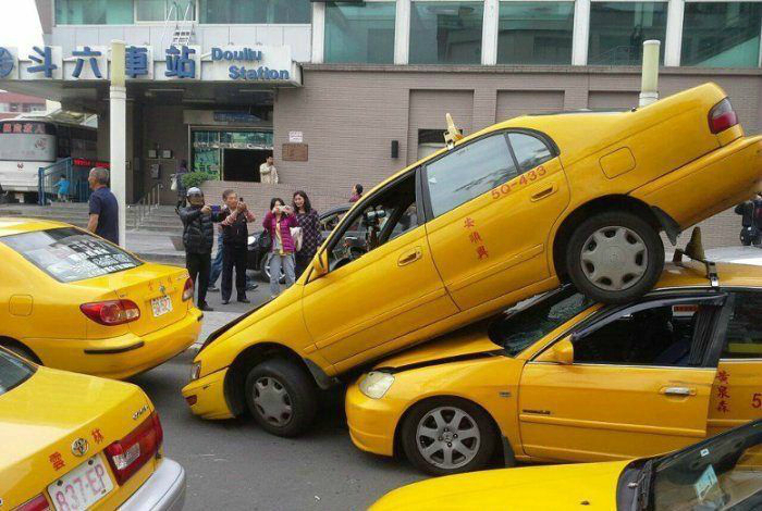 Суровая битва таксистов за клиентов.