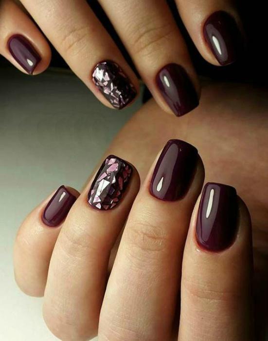 Классический винный цвет на коротких ногтях. | Фото: Newsyou.info.