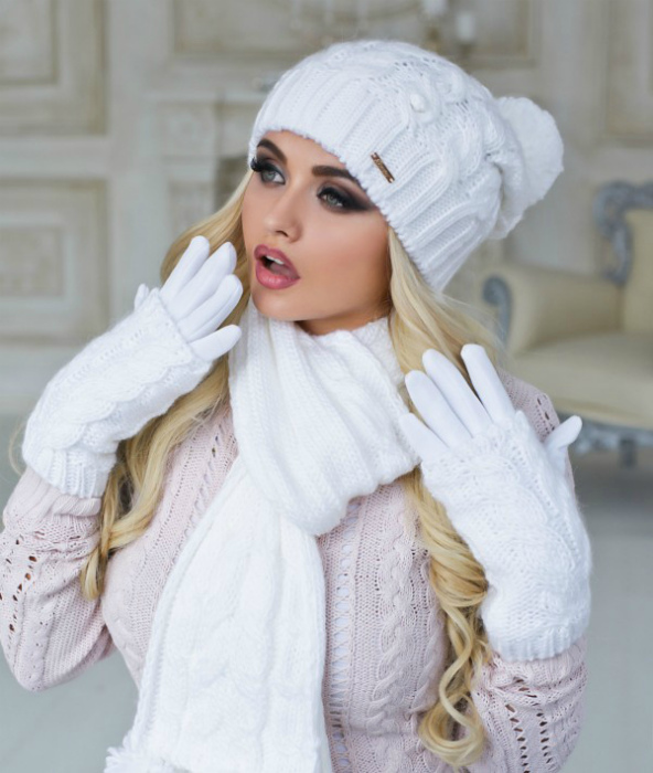 Комплект из шапки, шарфа и перчаток.