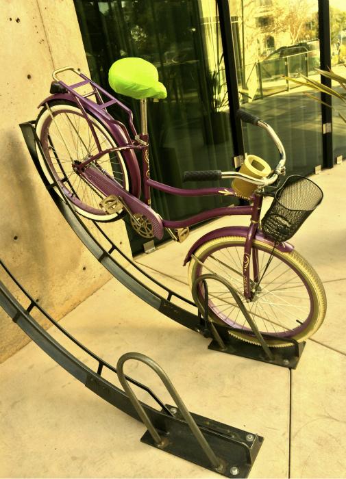 Вертикальная парковка для велосипедов. | Фото: Wikimedia Commons.
