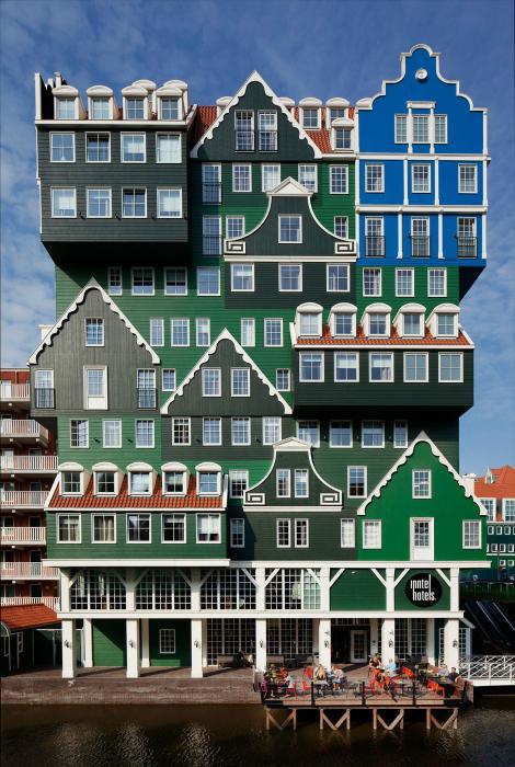 Яркий отель в историческом центре Амстердама.