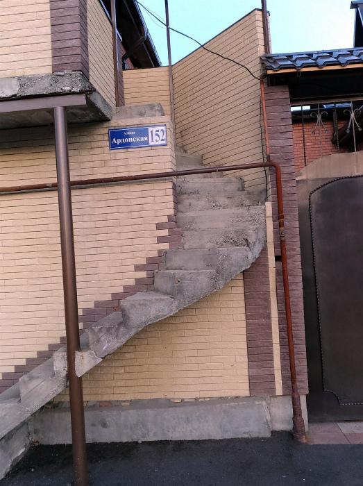 Тесные взаимоотношения лестницы и столба. | Фото: Пикабу.