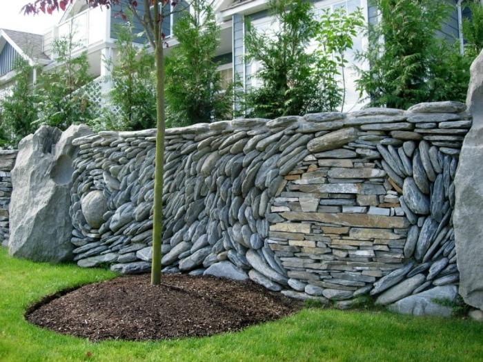 Высокий забор из камня. | Фото: Постила.