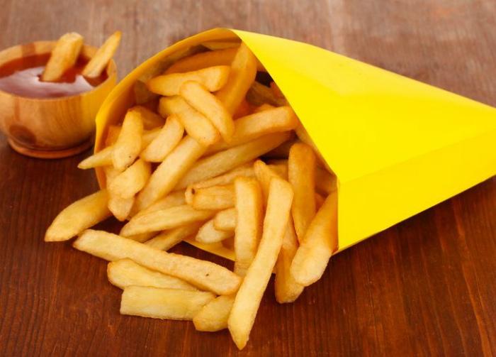 Запрещено есть картошку фри вилкой.