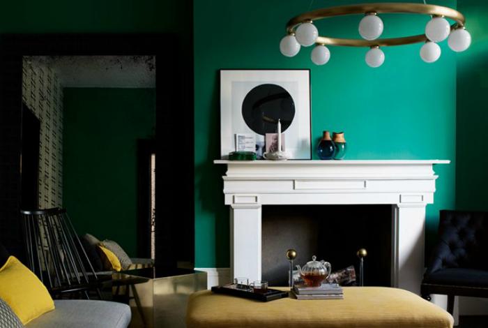 Гостиная с изумрудно-зелеными стенами.