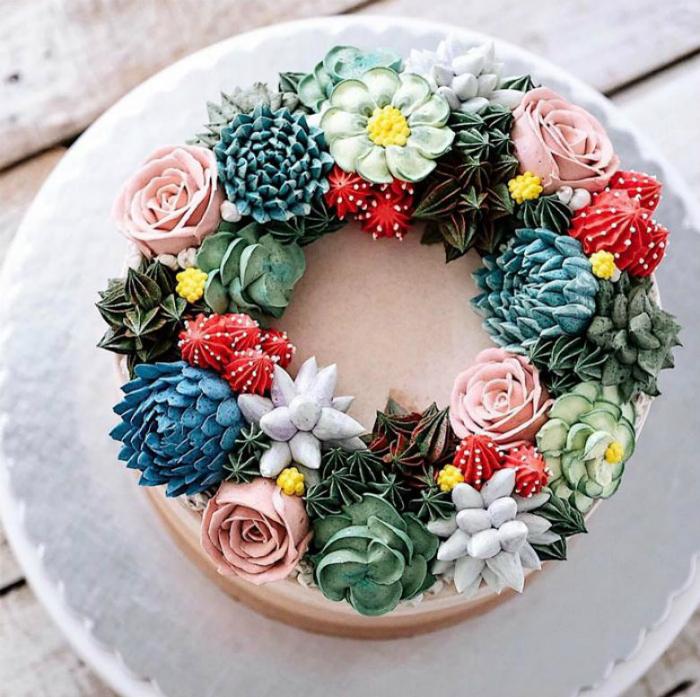 Торт, украшенный цветочным венком.