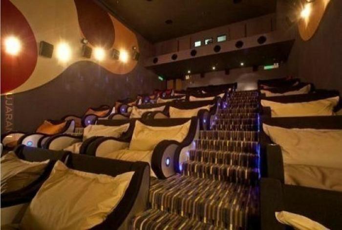 Кинотеатр с очень комфортабельными креслами и подушками.