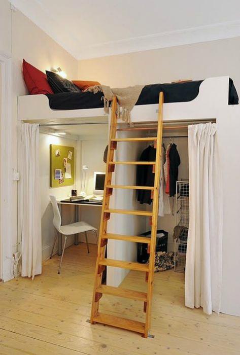 Кровать-чердак с гардеробом и рабочим местом. | Фото: Pinterest.